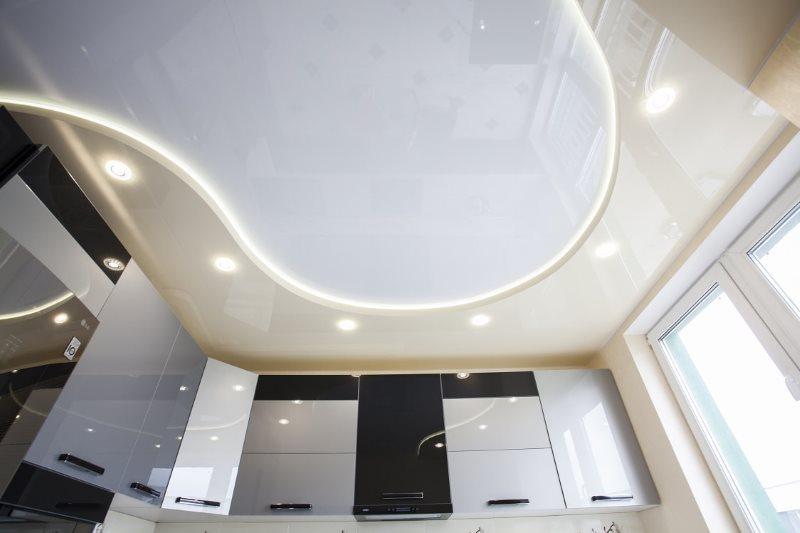 Двухуровневый потолок натяжного типа в кухне панельного дома