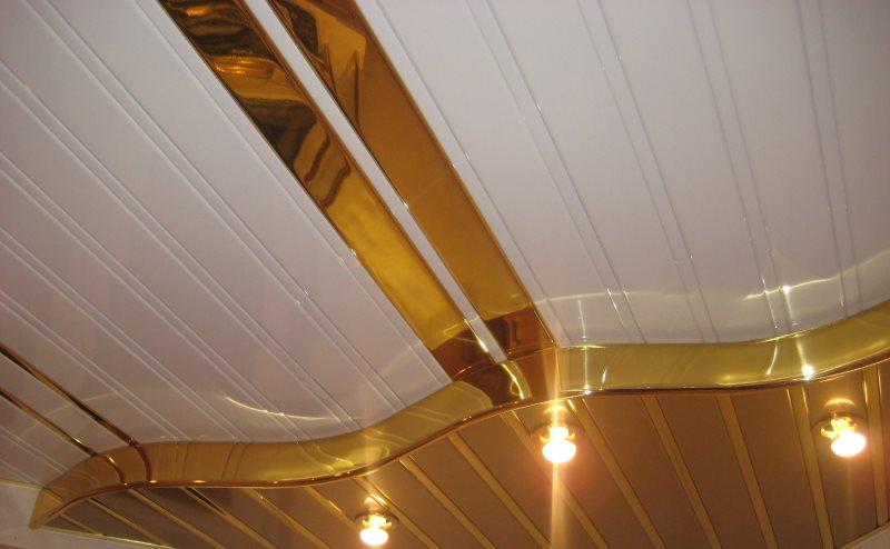 Двухуровневый реечный потолок в ванной комнате