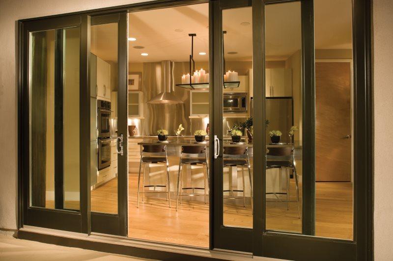 Двустворчатые двери раздвижного типа на границе кухни и гостиной