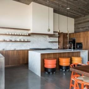 Серый потолок в кухне-гостиной