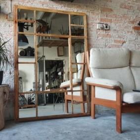 Большое зеркало на полу гостиной