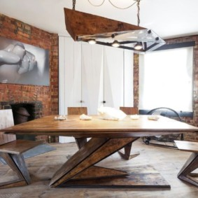 Большой деревянный стол на ножках необычной конструкции