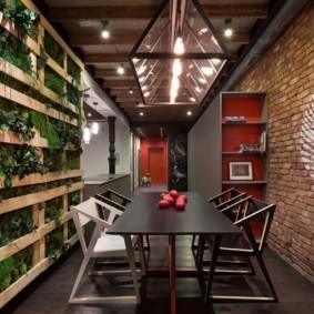 Стеллаж с комнатными растениями в обеденной зоне кухни-гостиной