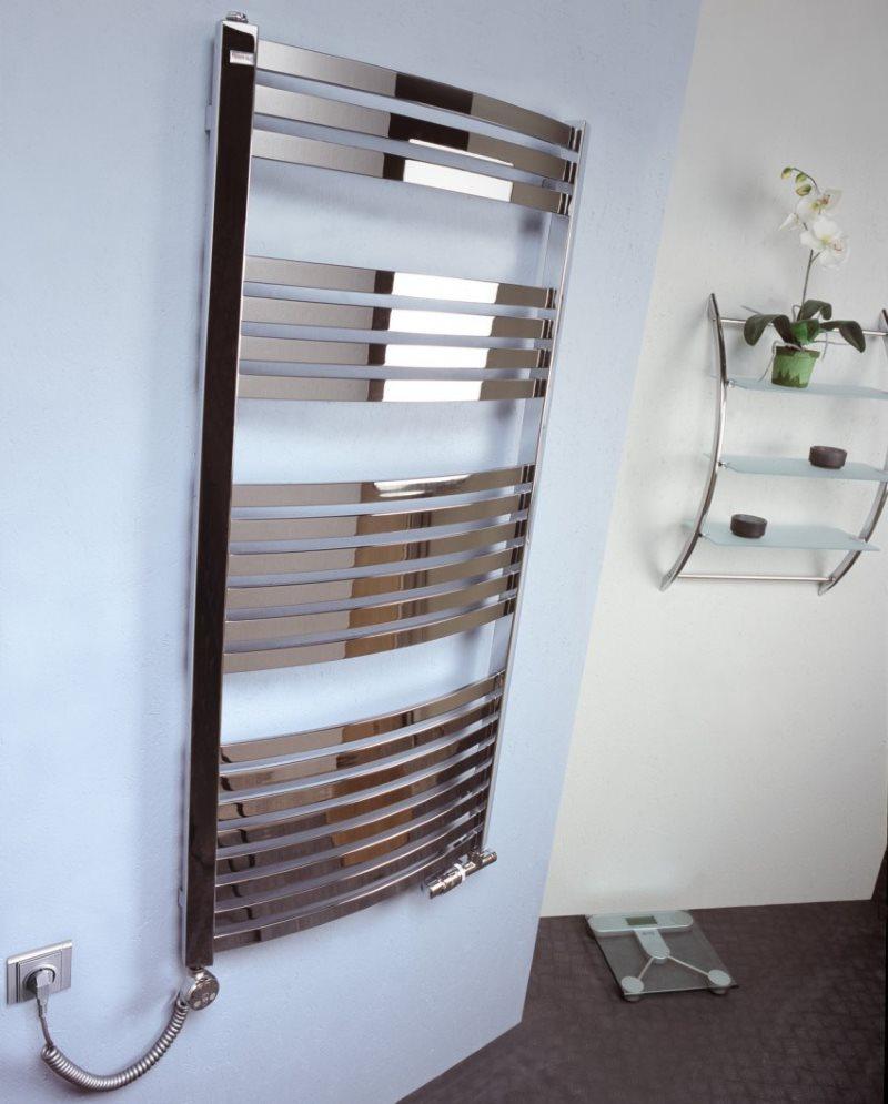 Электрический полотенцесушитель на стене ванной комнаты