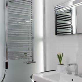 электрический полотенцесушитель в ванную декор фото