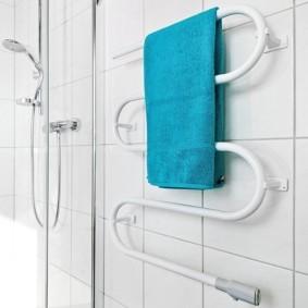 электрический полотенцесушитель в ванную фото интерьера