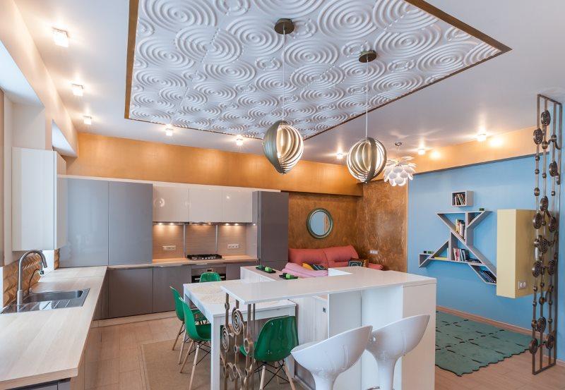 Фактурная поверхность потолка кухни-гостиной