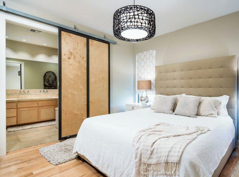 Раздвижные двери из фанеры между спальней и ванной комнатой