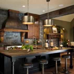 Каминная вытяжка на стене кухни