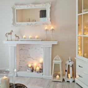 Горящие свечи в декоративном камине
