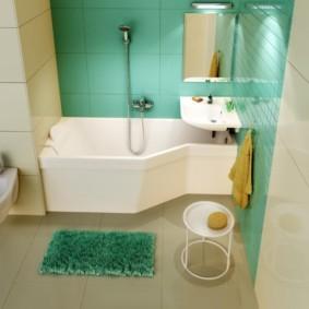 Зеленый коврик на керамическом полу