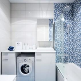 Голубая плитка на полу ванной