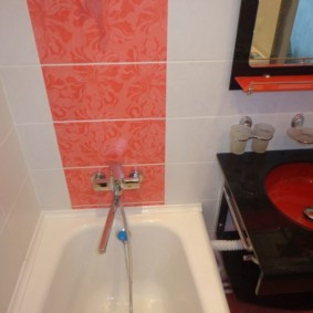 Смеситель на розовой плитке в ванной комнате