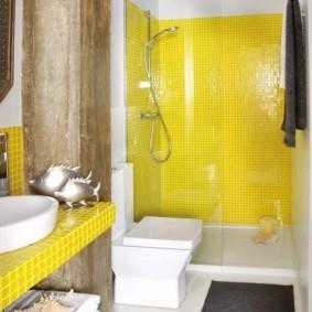 Желтая плитка в современной ванной комнате