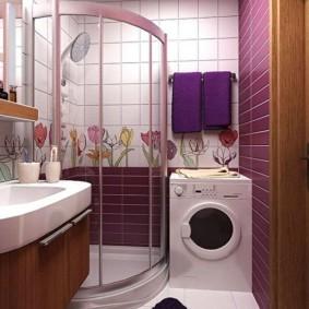 Фиолетовые полотенца на стене ванной комнаты