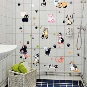 Декор наклейками стены в ванной комнате