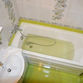 Салатовая плитка на полу ванной