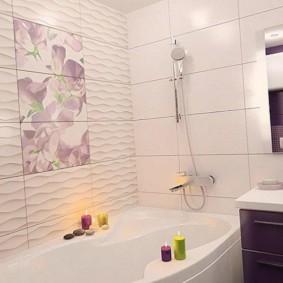 Керамическое панно на стене ванной комнаты