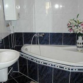 Ваза с живыми цветами в ванной комнате