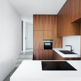 Компактная кухня с фасадами под дерево