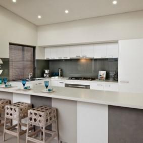Серый фартук на кухне с белой мебелью
