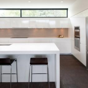 Интерьер кухни с фасадами без ручек