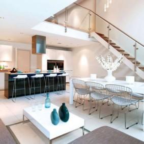 Кухня гостиная в стиле модерн с лестницей