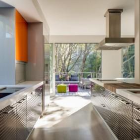 Параллельная кухня с большим окном