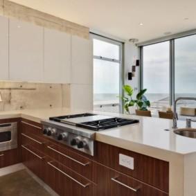 Панорамные окна на кухне городской квартиры