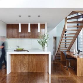 Деревянная лестница в кухне-столовой