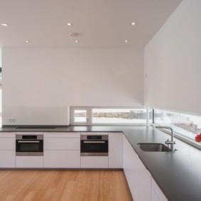 Угловая кухня без навесных шкафчиков