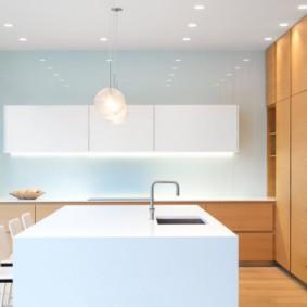 Кухонная мойка в белой столешнице