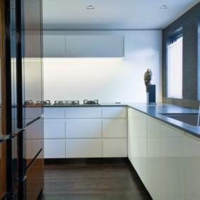 Полированные поверхности кухонной мебели