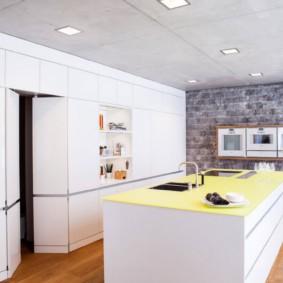 Желтая столешница кухонного острова