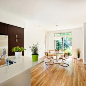 Деревянный пол в просторной кухне