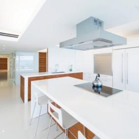 Т-образная вытяжка в белоснежной кухне