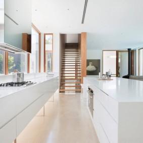 Рабочая зона кухни вдоль панорамного окна