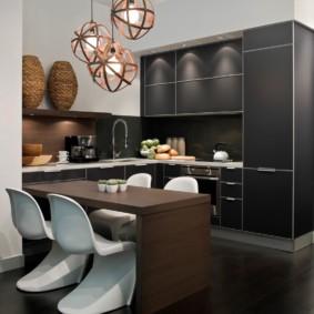 Современные стулья из пластика в кухне с темной мебелью