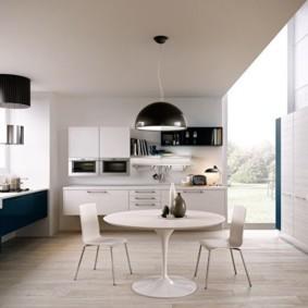 Ровный белый потолок кухни в стиле модерн