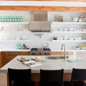 Дизайн кухни с настенными полками