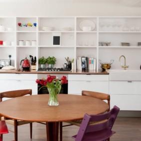 Белый стеллаж с кухонной посудой