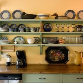Крашенные полки над кухонным столом