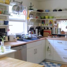 Кухонная утварь на открытых полочках