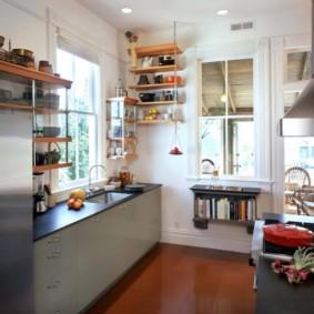 Настенные полки в кухне деревенского дома