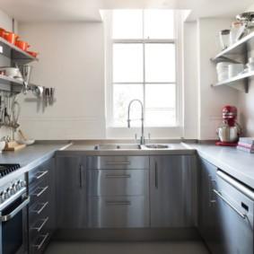 П-образная кухня с открытыми полками
