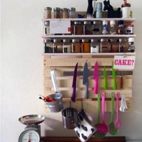 Механические весы на кухонном столе