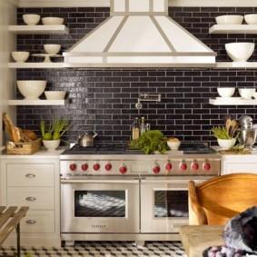 Отделка стены кухни темной плиткой кабанчик