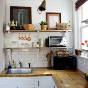 Маленькая кухня с настенными полками