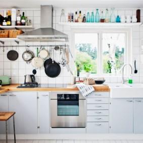 Квадратная плитка на стене кухни