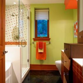 Красивая ванная комната с небольшим окошком